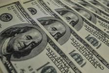 Após nova alta, dólar fecha cotado a R$ 3,93