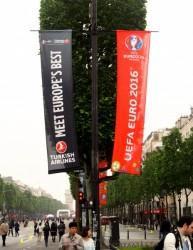 Turkish espalha banners pela Champs-Élysées para promover Euro 2016