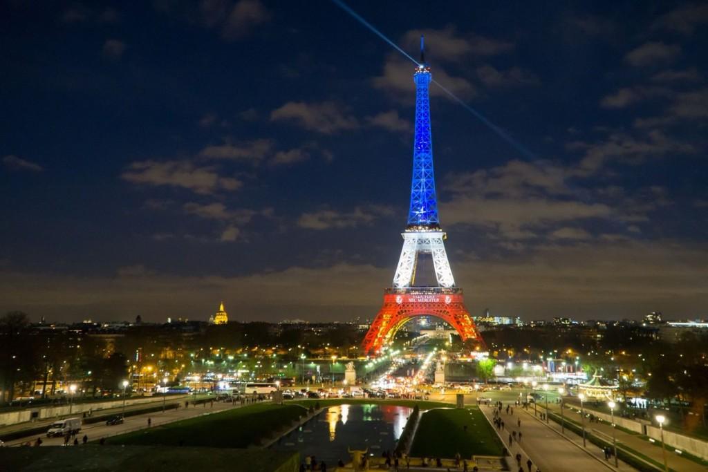 Em solidariedade as vítimas de Nice a Torre Eiffel usa as cores da França desde ontem a noite