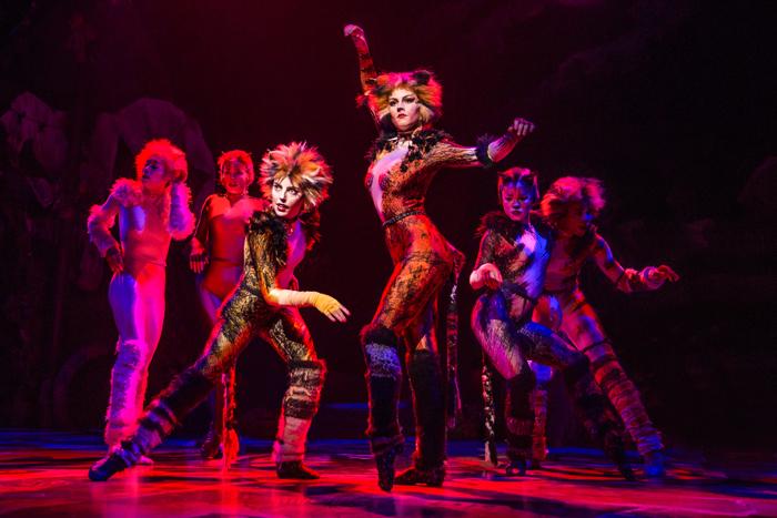 Espetáculo Cats sendo exibido no palco da Broadway, em Nova York