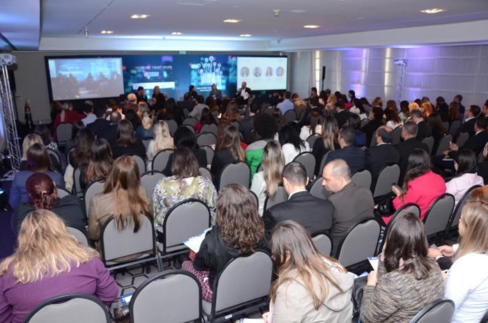 Auditório lotado para a abertura da Abav Expo