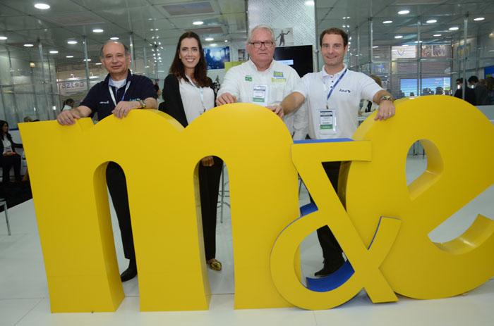 Beatriz Spira, da Azul, Antonio Americo e José Mario Caprioli, da Azul Linhas Aereas, com Roy Taylor, do M&E