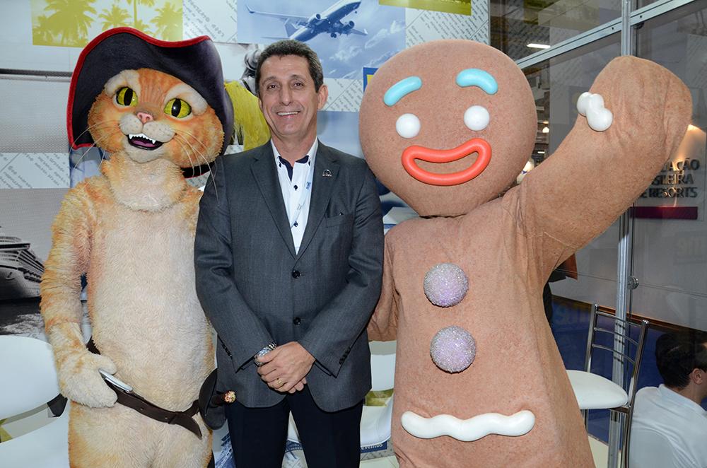 Rogério Siqueira com os personagens Gato de Botas e Biscoito