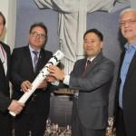 Marx Beltrão, Ministro do Turismo, e Vinicius Lummertz, presidente da Embratur, passam a tocha olímpica de forma simbólica à Marcus Seunghyun e Michael Michael, da Korea Tourism, pais que receberá as Olimpíadas de Inverno de 2018