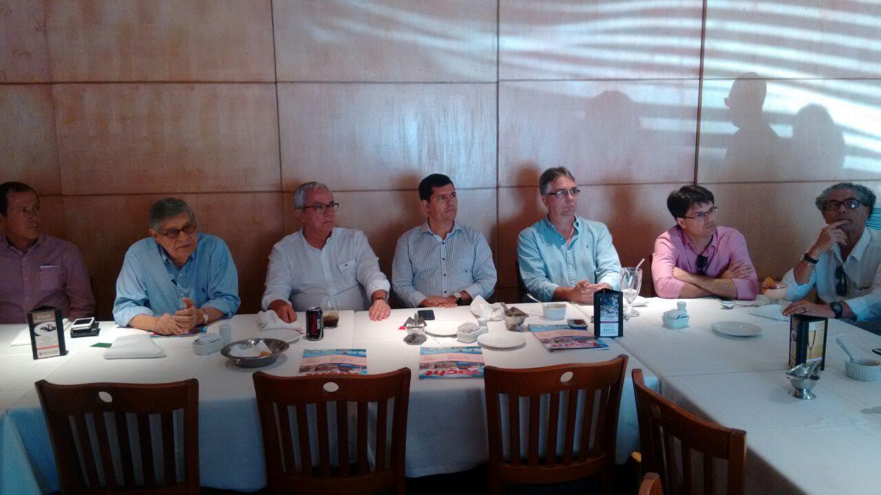 Ao centro, Érico Mendonça e Cláudio Tinoco, durante almoço promovido pela CBTur