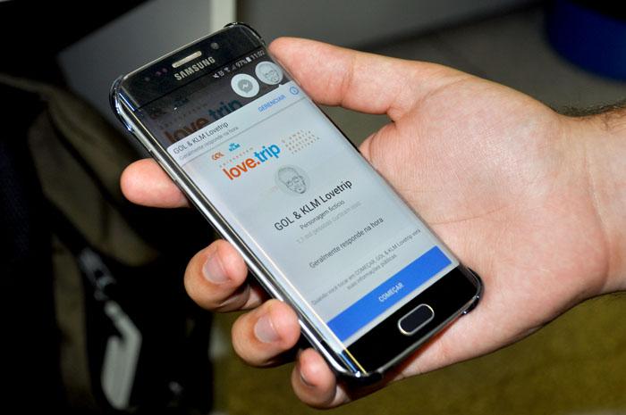 Através do aplicativo Messenger do Facebook, o perfil manda mensagens com pistas (Foto: Kristhiany Teixeira)