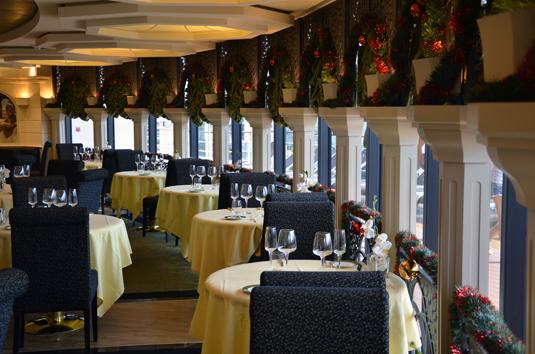 Um dos restaurantes do navio