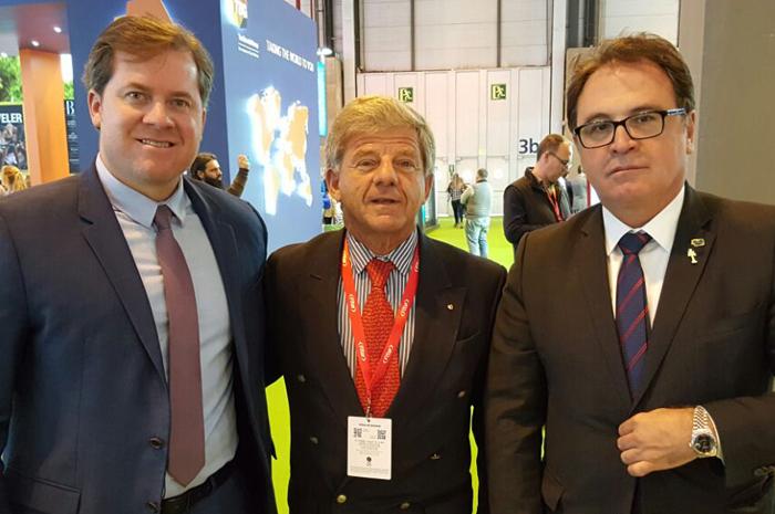 Enrique entre dois ex-ministros do Turismo, Marx Beltrão e Vinícius Lummertz