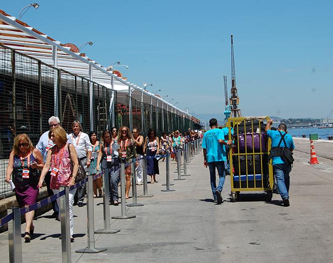 Turistas caminham sob um sol de mais de 40 graus