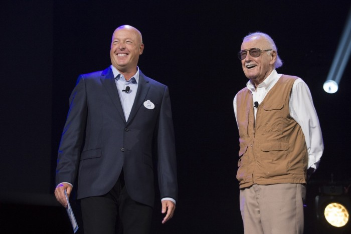Chairman da Disney Parks e Resorts, Bob Chapek, ao lado do criador do Homem de Ferro, Stan Lee (Foto: Portal Disney)
