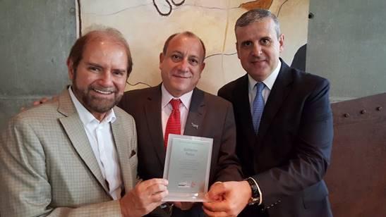 Guilherme Paulus com Toni Sando, presidente do SPCVB, e Juan Pablo de Vera, atual presidente do conselho (Foto: Divulgação)