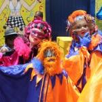 Foliões fantasiados também fazem parte do desfile