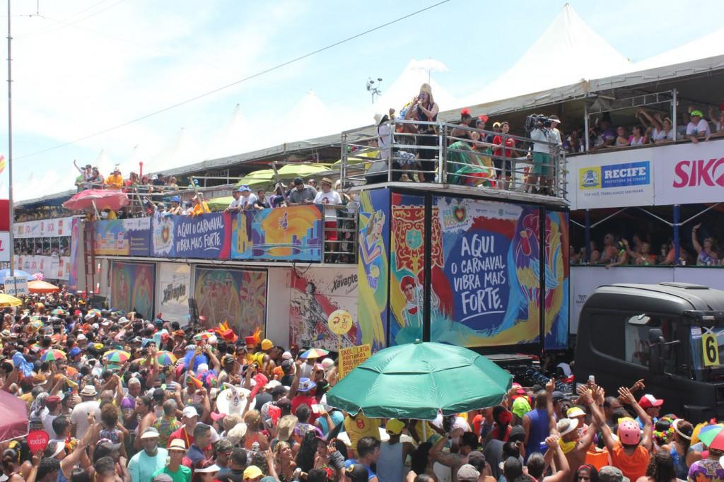 """""""Maior bloco da terra"""" agitou Recife desde as primeiras horas deste de sábado (25)."""