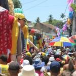 Público segue os bonecos de Olinda durante todo o percurso