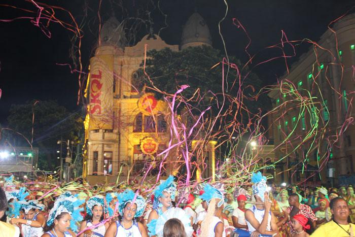 Carnaval de rua e desfiles são atrativo para turistas do mundo todo