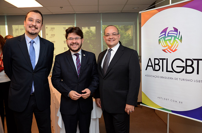 Ricardo Hida, da ABTLGBT, Gilson Lira, da Embratur, e Marcelo Michieletto, presidente da ABTLGBT