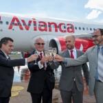 Executivos brindando o novo voo da Avianca para Foz do Iguaçu