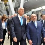 O presidente de Portugal chegou à feira junto de seus assessores