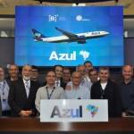 Antonoaldo Neves com colaboradores da Azul