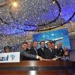 Antonoaldo Neves e diretores da Azul no momento que simbolizou a abertura de capital da Azul