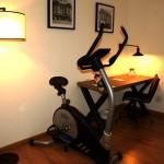 Com espaço para se exercitar e bicicleta ergométrica, Fitness Room atrai os viciados em esportes