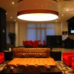 Lobby mistura elementos modernos com retrô