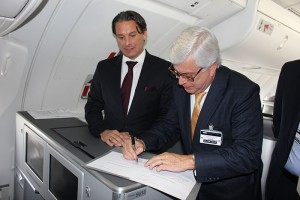 Tamur Goudarzi Pour, vice-presidente para as Américas do Grupo Lufthansa e Juarez Cintra Filho, fundador do Grupo Ancoradouro, assinam contrato da parceria.