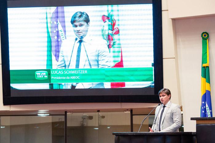 Na foto, o presidente da ABEOC-SC, Lucas Schweitzer em esessão solene. Créditos: Luiz Meurer