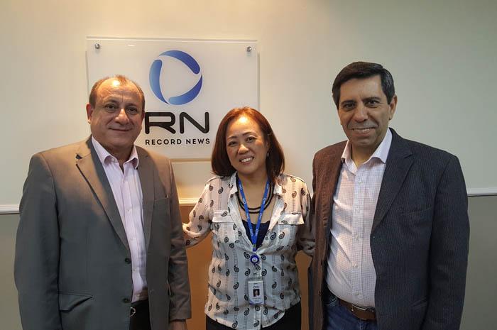 Legenda: Toni Sando de Oliveira, Presidente Executivo do São Paulo Convention & Visitors Bureau, com Manoel Francisco da Silva Neto, Presidente da Record News, e Elisa Akikusa, Diretora de Marketing.