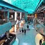 Promenade, uma rua de luxo localizada no deck 6, com teto interativo, chocolateria, lojas e principais restaurantes temáticos