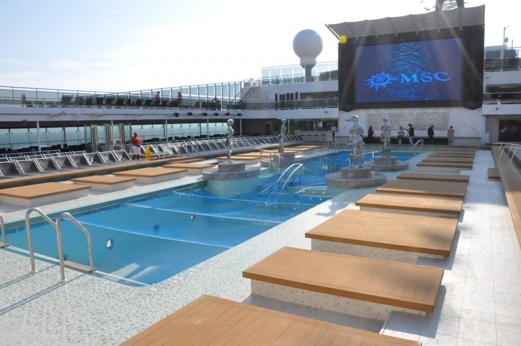 Piscina principal conta com 25 metros de comprimento e telão e opções de refeições e bebidas