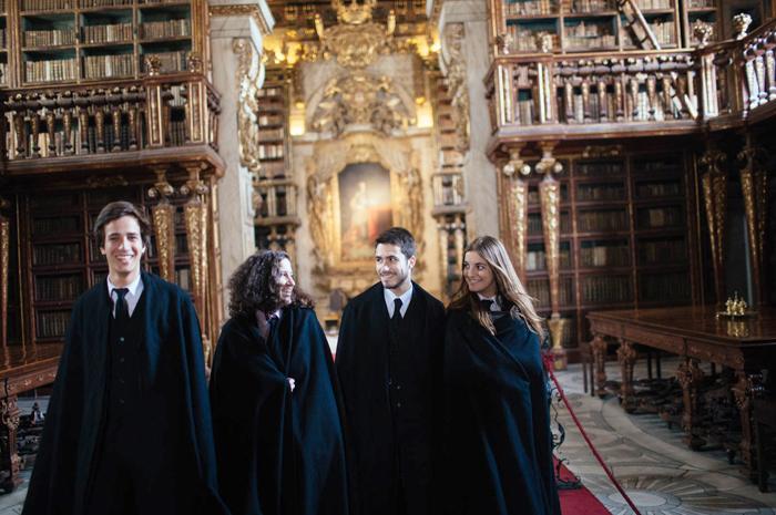 Estudante da Universidade de Coimbra dentro da icônica biblioteca Joanina _ Créditos_ Emanuele Siracusa