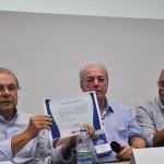 Nilo Sergio entrega ao prefeito de Angra um certificado