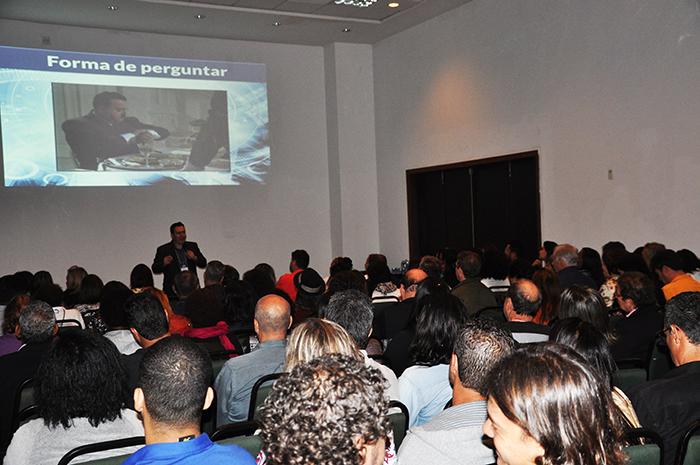 Palestra de Sérgio Velloso, do M&E Academia com auditório lotado