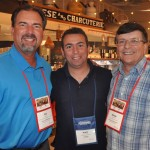 Ricardo Bezerra, da Azul Viagens, entre Rich Basen e Rodrigo Trujillo, do Discover The Palm Beaches