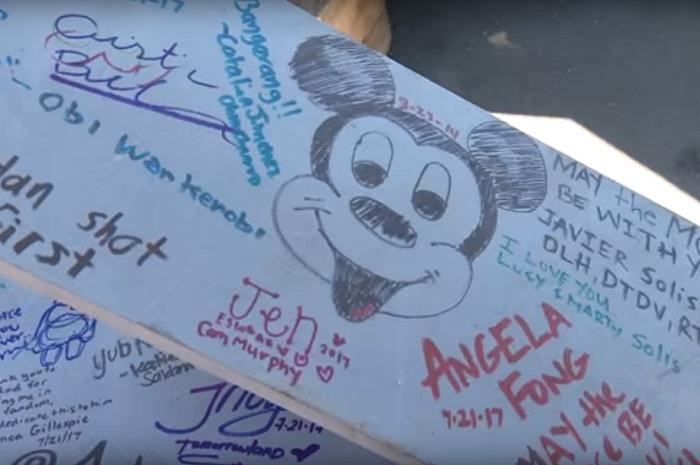 A estrutura de metal foi assinada e desenhada por todos os funcionários do parque antes de ser içada (Foto: YouTube)