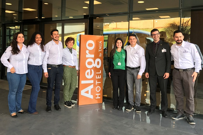 Luiz Marcelo Junior, gerente geral do Alegro Hotel By Tauá, e Paula Pavão, gerente de contas, receberam Gelson Popazoglo, diretor comercial da GTA e sua equipe de vendas (Foto: Divulgação)