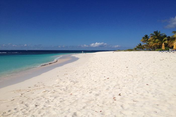 A limpeza e recuperação de estradas e praias da ilha estão em ritmo acelerado, e as comunicações por telefone e internet foram restauradas em grande parte do território