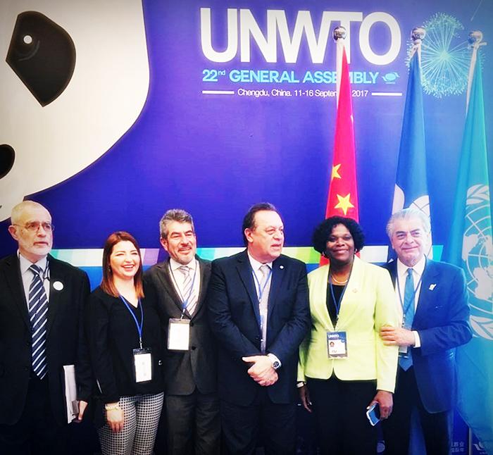 Alberto Albes com delegados na reunião da OMT - vale essa