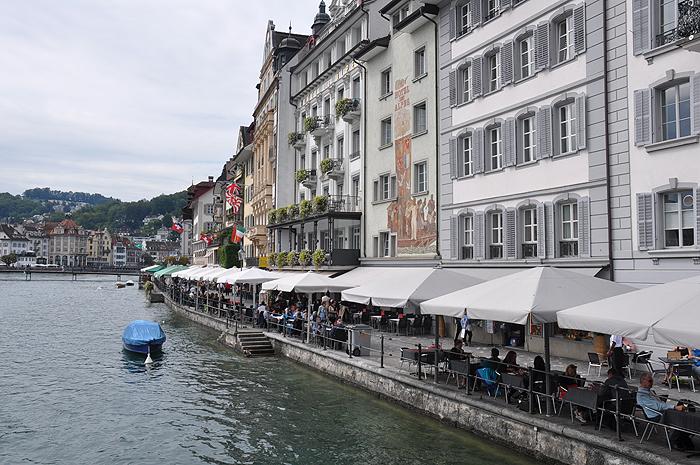 Hotéis e bares na margem do rio Reuss, em Lucerna
