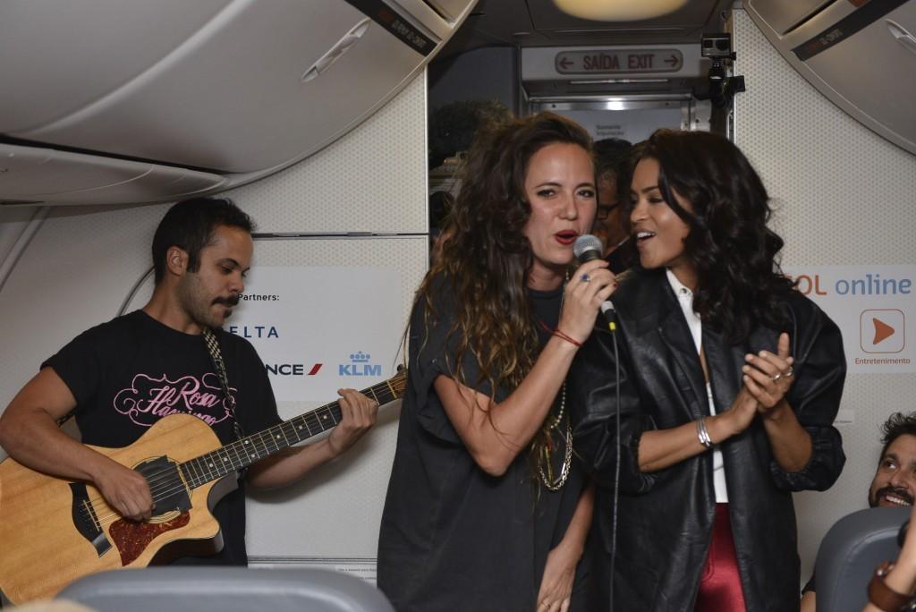 As artistas Tiê e Lucy Alves se apresentam durante a prévia do Rock in Rio a bordo da aeronave da GOL - Foto: João Sal