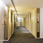 Corredor de um dos andares de apartamentos do LSH Hotels
