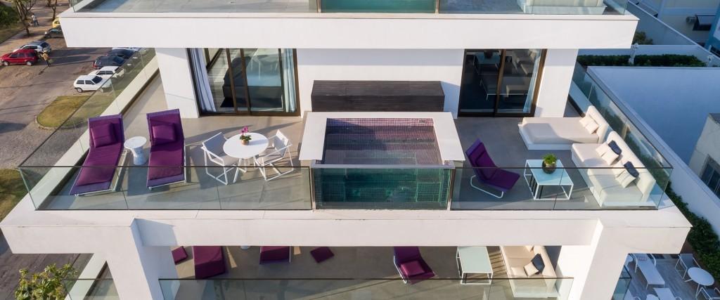 Essa foto tirada por drone mostra a piscina privativa da suíte (Divulgação LSH)