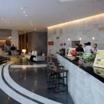 Lobby Bar e ao fundo o lobby e recepção do LSH Lifestyle Hotels