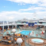 Turistas aproveitam dia de sol no Rio de Janeiro na piscina do navio