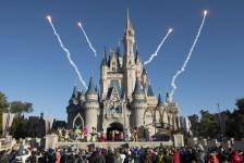 Disney doa 150 mil capas de chuva para ajudar no combate ao Covid-19