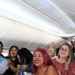 As fãs a bordo vibram com a presença do cantor