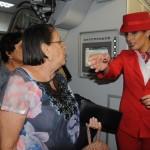 Isadora Caldas orienta os passageiros do voo inaugural
