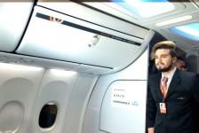 Luan Santana lança novo clipe em voo fretado da Gol e leva fãs à loucura
