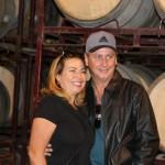 Luis Vabo posa com sua esposa para foto na vinícola